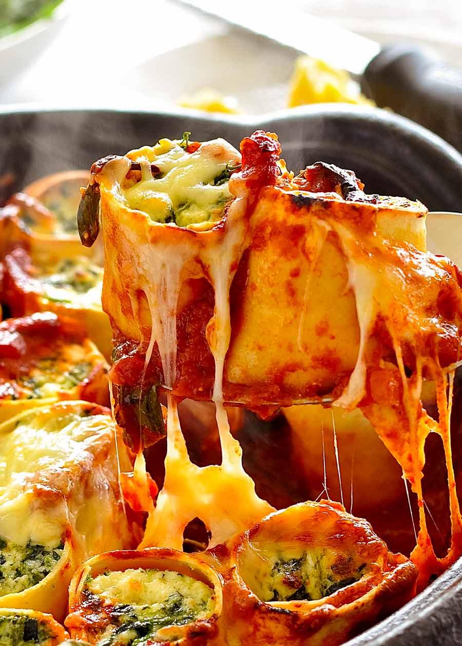 Colher levantando espinafre e ricota Rotolo - queijo puxe para cima!