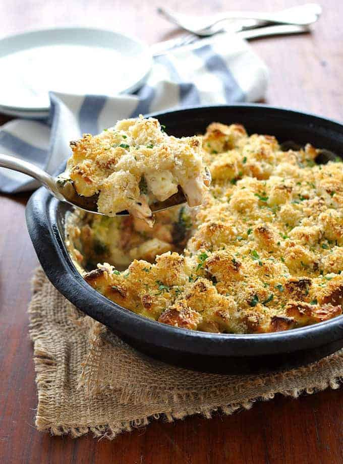A broccoli bake – on steroids! A creamy filling with bacon, chicken and broccoli topped with crunchy bread sprinkled with panko and parmesan.