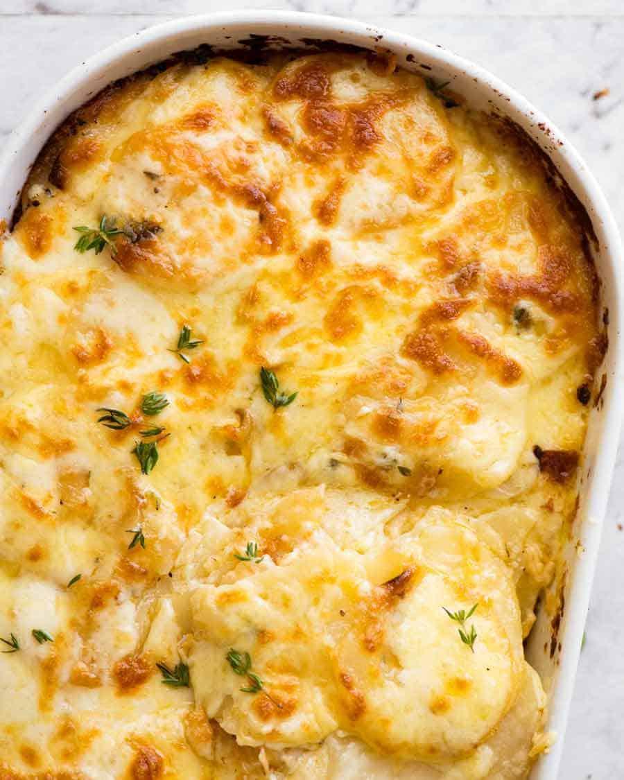 Batatas gratinadas (Dauphinoise Potatoes) recém-saídas do forno, prontas para serem servidas