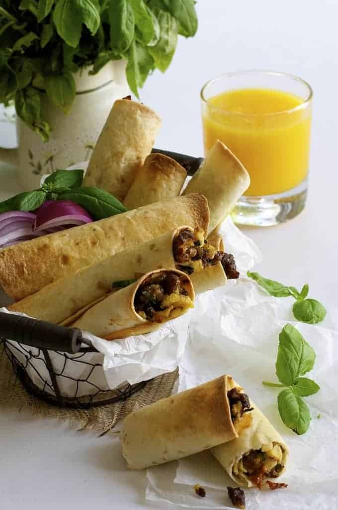 Spicy Italian Breakfast Roll Ups (Mini Oven Baked Taquitos) - freezable and microwavable, these are great for breakfast on the go. No mess, no crumbs!