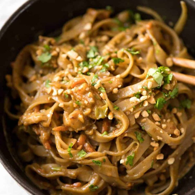 Stir Fried Noodles with Peanut Sauce - tastes like satay peanut stir fries you get at Chinese restaurants in Australia. So easy and SO GOOD! www.recipetineats.com