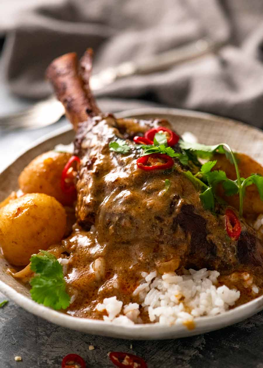 Massaman Curry Shanks servido com arroz de jasmim