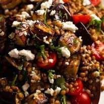 Close-up de salada de lentilha assada de berinjela
