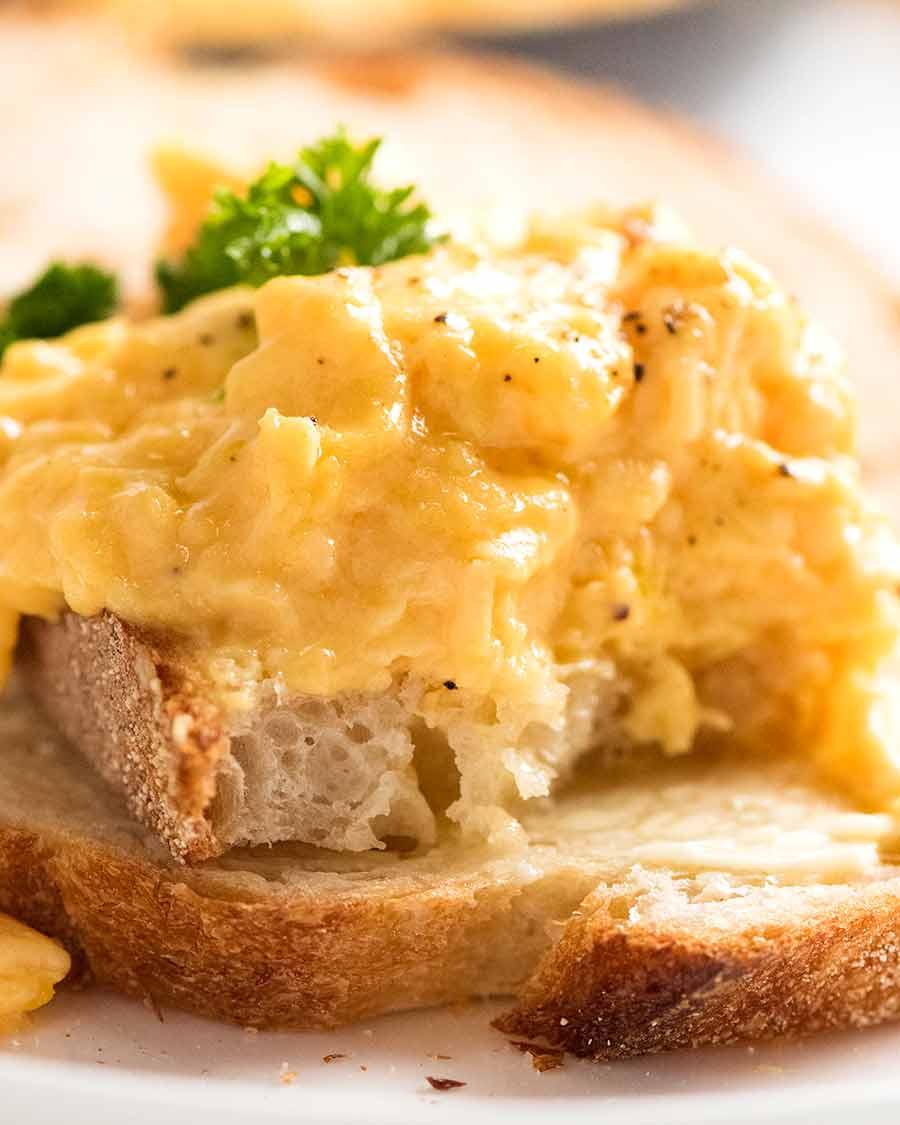 Mostrando dentro de ovos mexidos macios na torrada