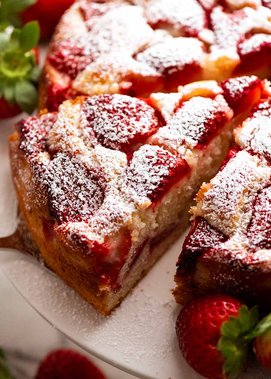 Feche acima da fatia de bolo fácil de morango