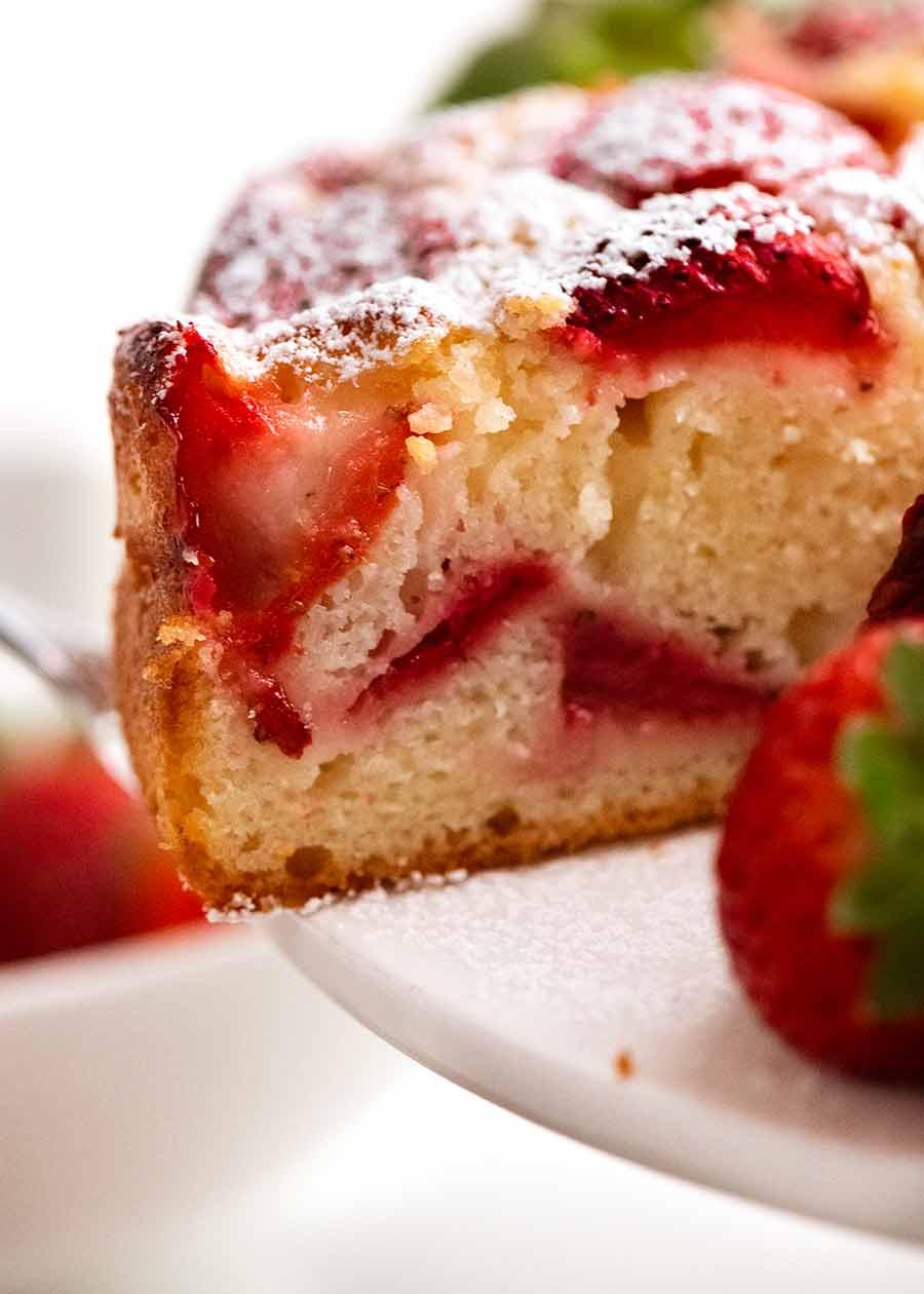Close-up mostrando migalhas úmidas e macias de Easy Strawberry Cake