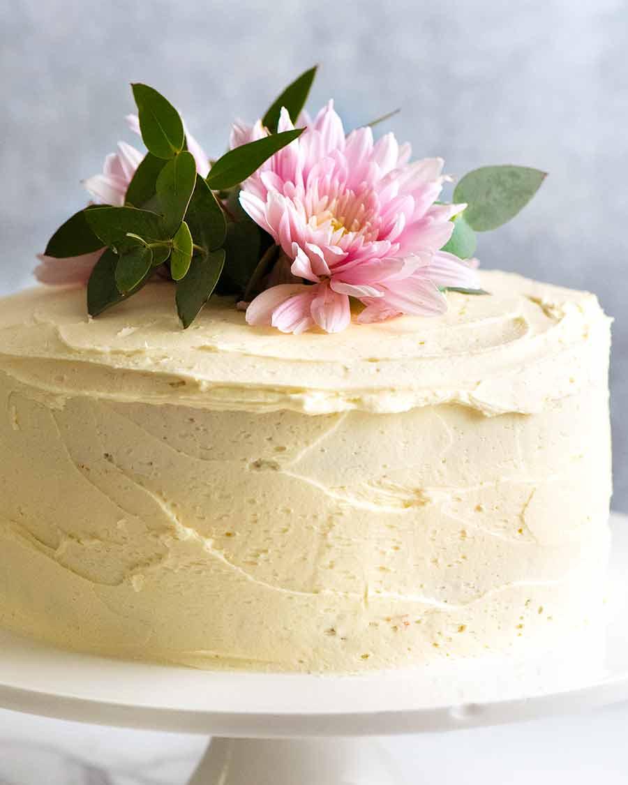 Fresh flowers decorated cake