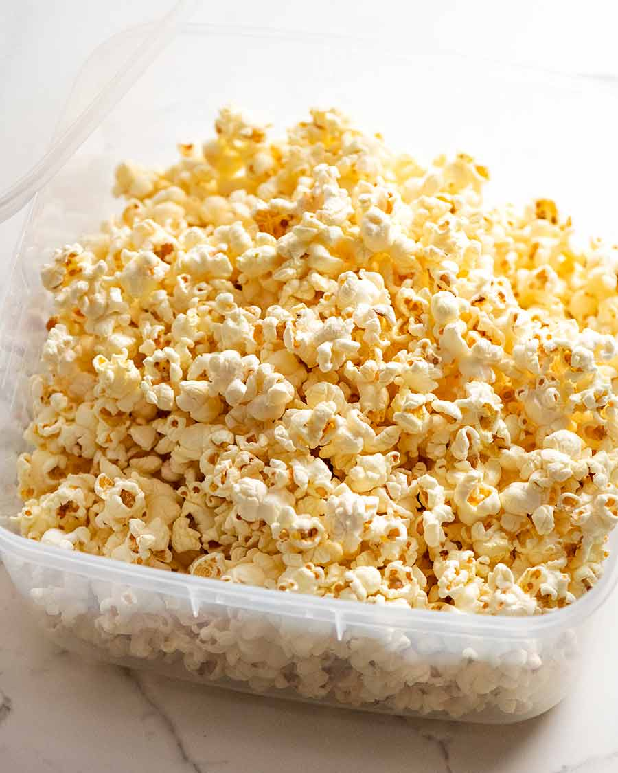 Slightly sweet and salty butter popcorn in a container - how to make popcorn stay crispy