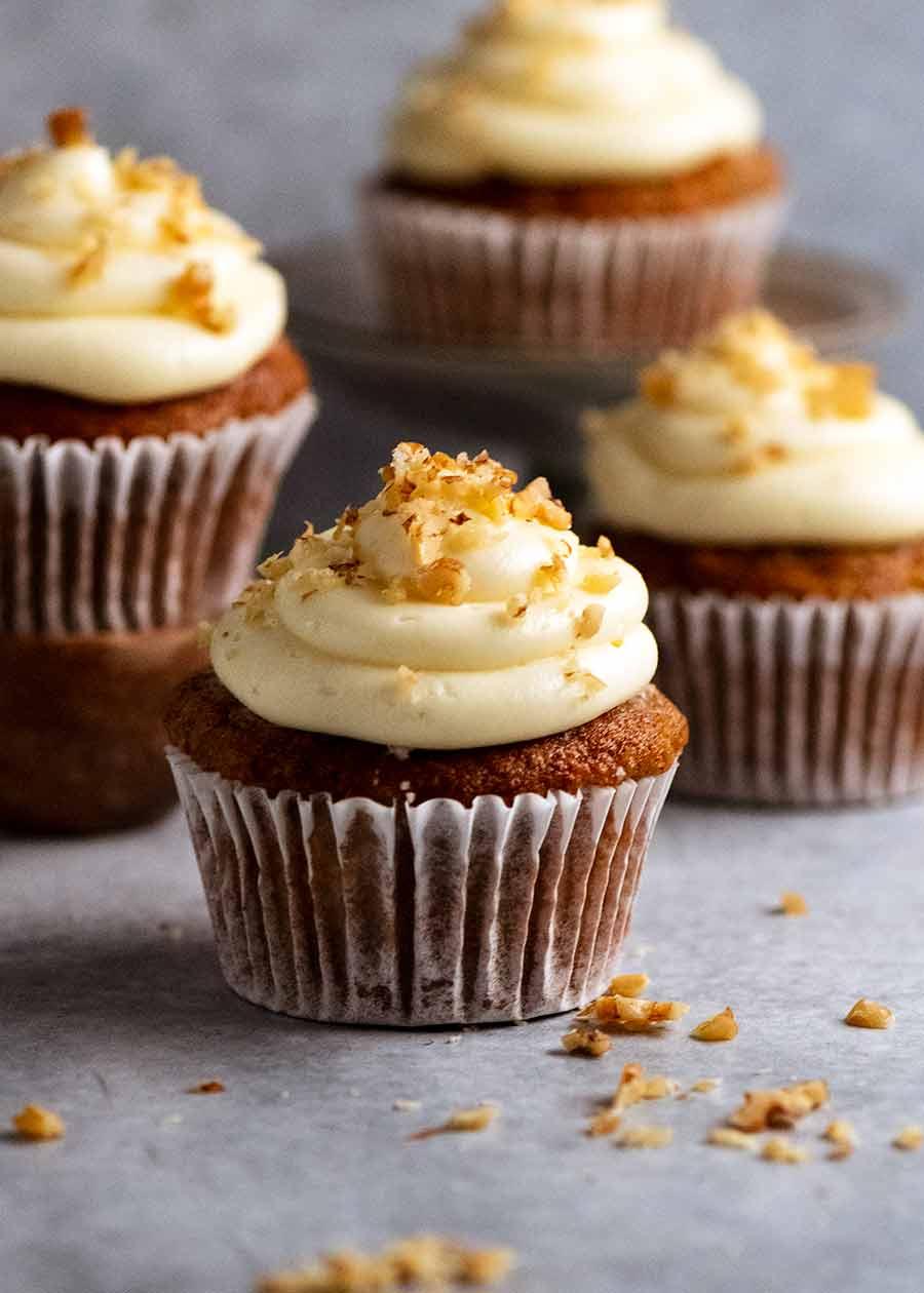 Close up de cupcakes de bolo de cenoura com cobertura de cream cheese