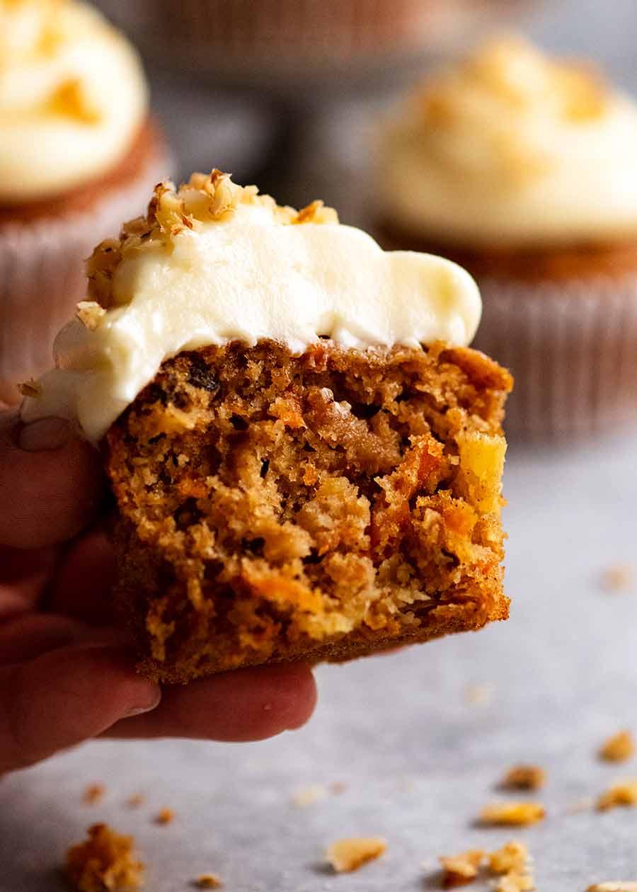 Close-up mostrando o interior de Cupcakes de Bolo de Cenoura com Cobertura de Cream Cheese