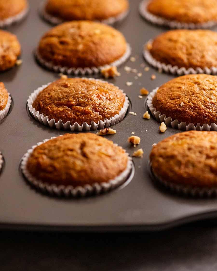 Close up de cupcakes de bolo de cenoura recém-assados com cobertura de cream cheese