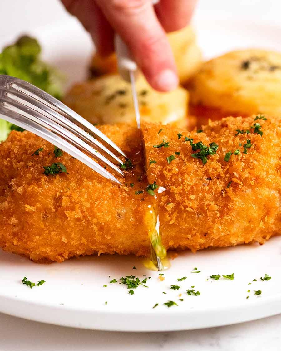تقطيع قطعة دجاج كييف محشوة بزبدة الثوم