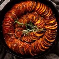 صورة علوية لخبز البطاطا الحلوة (طبق جانبي)