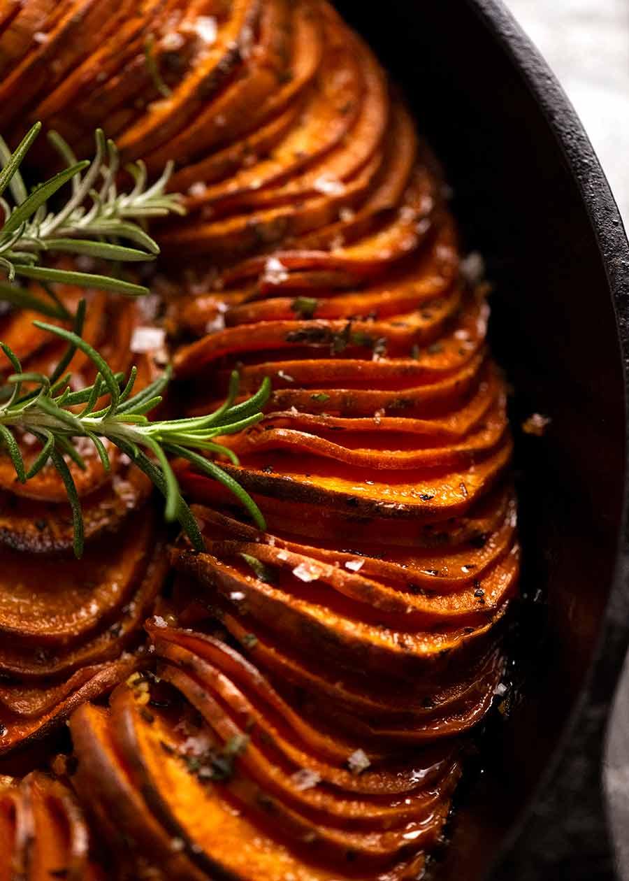 صورة مقربة لخبز البطاطا الحلوة (طبق جانبي)